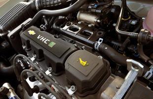 O motor 1.0 VHCE com potência máxima de 78 cv e torque de 9,7 kgfm  é suficiente para os 905 kg do sedã