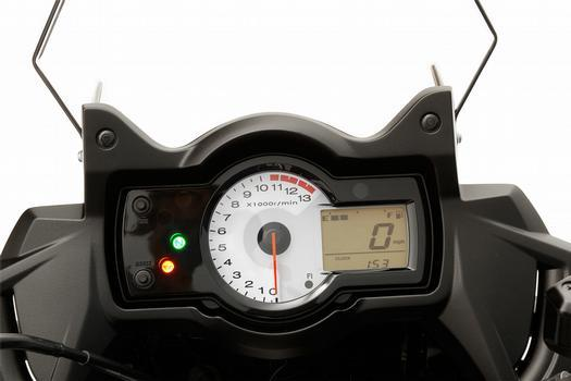 O painel é semelhante ao da naked, com conta-giros analógico e velocímetro digital