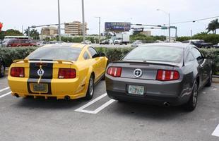O Mustang GT 2009 ao lado do V6 2010 em um estacionamento em Miami