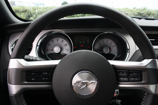 Painel tem mostradores em estilo retrô e volante possui regulagens básicas do sistema de som e piloto automático