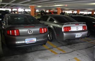 O Mustang V6 2010 ao lado de um modelo similar 2009. O novo ficou mais arredondado