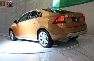 Volvo pensou na segurança dos pedestres, que são detectados pelo S60