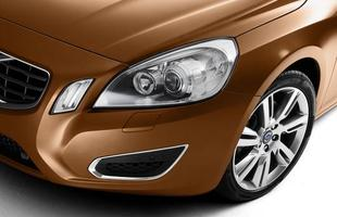O S60 tem formas fluidas, mas robustas. Os faróis rasgam as laterais e chegam quase até as caixas de roda. Com a frente em cunha, o capô é alto e tem dois vincos marcantes