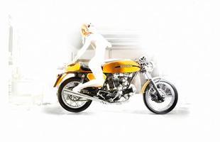 Fotos fazem o diálogo entre o corpo feminino e as linhas das motos Ducati