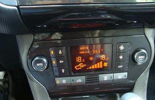Ar condicionado digitas de duas zonas é opcional, mas equipamento garante conforto aos ocupantes
