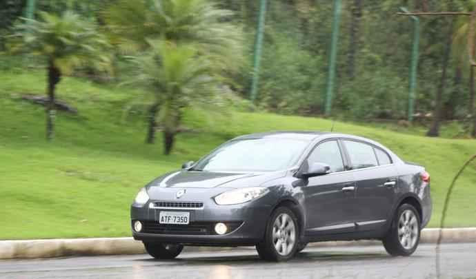 Faróis espichados e grade diminuta remetem também aos atuais Renault europeus