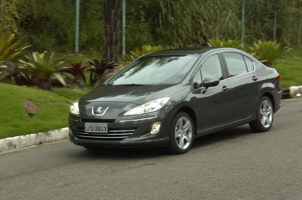 A linha de estilo do Peugeot, de faróis rasgados e grade tipo bocão, começa a cair em desuso nos novos modelos