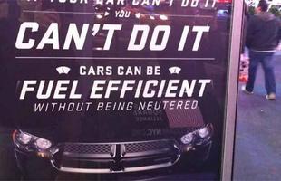 Até a cabine telefônica vira espaço publicitário, como este do Dodge Charger