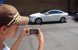 Igor clicando um Mercedes