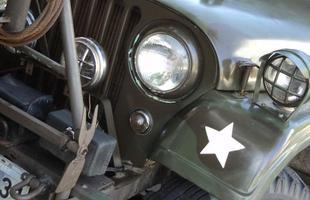 Jeeps e caminhonetes de coleção com as cores usadas pelos exércitos do Brasil e Estados Unidos na Segunda Guerra em encontro em BH