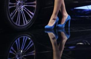 Belas modelos rivalizam atenção do público no Salão de Frankfurt