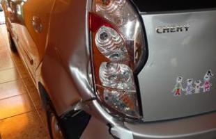 Após quase cinco meses da batida, carro continua sem conserto por falta de peças