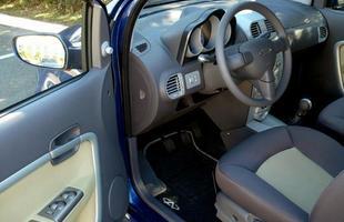 Carro possui vidros elétricos nas quatro portas, ar condicionado e direção hidráulica
