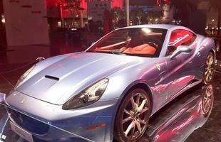 Ferrari California em exposição no hall principal do parque