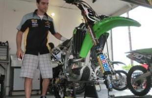 Jorge Balbi, melhor brasileiro na MX1, confere sua moto