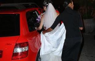 Cada vez mais o carro que leva os noivos representa o espírito do casal e a criatividade parece não ter limites na escolha de modelos