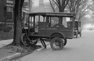 Até mesmo os servidores públicos não ficaram imunes a acidentes. Este caminhão dos Correios se chocou com uma árvore em uma avenida comercial de Boston