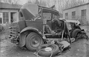 Acidente aparentemente simples denuncia a fragilidade dos carros do início do século passado