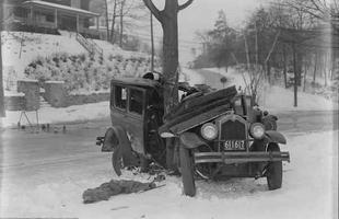 Tirada em 1934, esta foto mostra um carro que perdeu o controle na estrada coberta de gelo e em torno de uma árvore em Auburndale, Massachusetts
