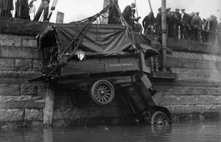 Veículo é retirado da água após cair em um canal