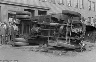 Ônibus colide com caminhão e capota após bater em uma cafeteria