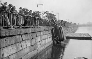 Carro é puxado para fora do rioo Charles, próximo ao campus da Universidade de Havard, em 1933