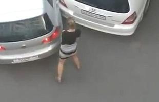 Depois de tentar inúmeras vezes estaciornar o carro em uma vaga e falhar, motorista tem acesso de raiva.