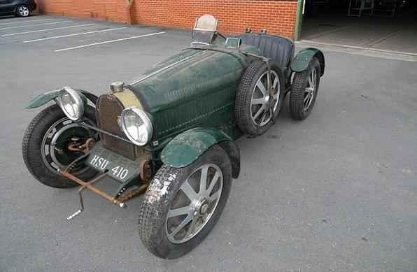 'Bugatti' que foi deixado durante nove anos em uma garagem junto com sacos de lixo deverá render mais de R$ 300 mil em leilão.