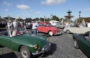 A capital francesa recebeu o maior encotro de carros antigos da França durante o domingo, 29/04. Os parisienses aproveitaram o sol do verão europeu e tiraram suas raridades das garagens
