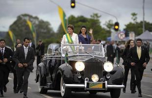 2011 - Dilma toma posse e desfila no Rolls-Royce presidencial. O vice, Temer, vai em um Cadillac alugado para a cerimônia