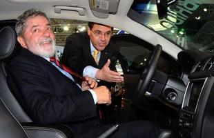 2010 - Dois meses antes de deixar a presidência, Lula visita o Salão do Automóvel de São Paulo e 'ganha' um Ford Fusion Hybrid