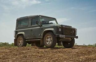 2005 - Um Land Rover Defender é oferecido de presente ao ex-secretário geral do Partido dos Trabalhadores, Silvio Pereira. O 'amigo bondoso' é o dono de uma empreiteira que prestava serviços à Petrobras com contratos superfaturados