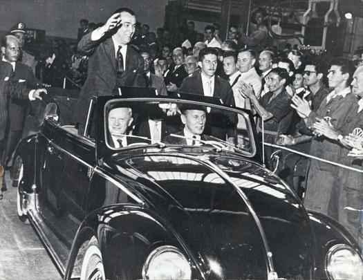 1959 - Juscelino Kubitschek, que incentivou a vinda de montadoras, inaugura oficialmente a fábrica da Volkswagen em São Bernardo do Campo, SP