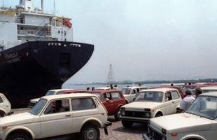 1990 - Presidente Collor chama os carros nacionais de carroças e libera a importação de veículos