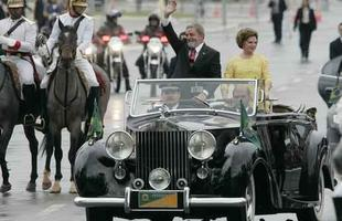 2003 - Na posse, Lula usa o Rolls-Royce presidencial, que o deixa na mão na entrada do Congresso Nacional