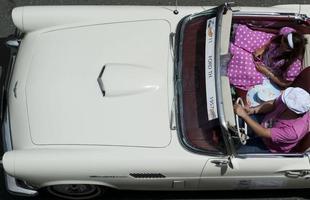 Medellín uma cidade da Colômbia e capital do Departamento de Antioquia recebeu no domingo, 05/08 , um desfile de automóveis clássicos no âmbito do Festival das Flores. Os colombianos aproveitaram para apreciar e fotografar ao lado das raridades.