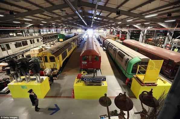 Veículos rodoviários e ferroviários, cartazes e obras de arte, desenhos de engenharia, sinais e coisas efêmeras são alguns dos 400 mil artefatos em exposição no 'London Transport Museum'