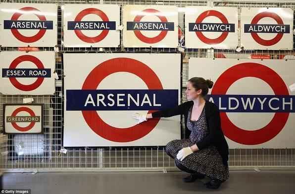 Placas antigas que sinalizam o metro
