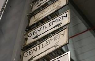 Placas que orientam os passageiros para os banheiros