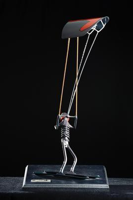 Intitulado de 'Rapa', o trabalho aproveita motores, pistões, válvulas, molas, engrenagens e outros elementos para conceber uma linha de mobiliário e adornos, no mínimo, inusitada