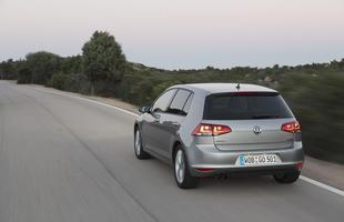 Novo VW Golf virá para o mercado brasileiro importado do México, mantendo a tradicional forma robusta e a marca registrada da terceira coluna que lembra um taco de golfe