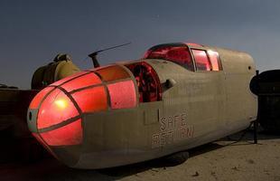 B-25 Mitchell - O fotógrafo Troy Paiva registra fotos noturnas incríveis no Oeste dos EUA