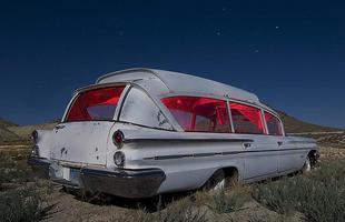 Ambulância Pontiac da década de 60 -  Troy Paiva registra imagens noturnas no Velho Oeste dos EUA
