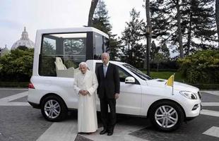 Entrega do atual Papamóvel feita pelo presidente da Mercedes ao Papa Bento XVI