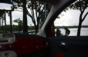 A orla da Lagoa da Pampulha concentra várias opções de lazer, como o Estádio Governador Magalhães Pinto, mais conhecido como 'Mineirão', o ginásio do Mineirinho, o Jardim Botânico, o Jardim Zoológico, o Parque Ecológico e o Centro de Preparação Equestre da Lagoa