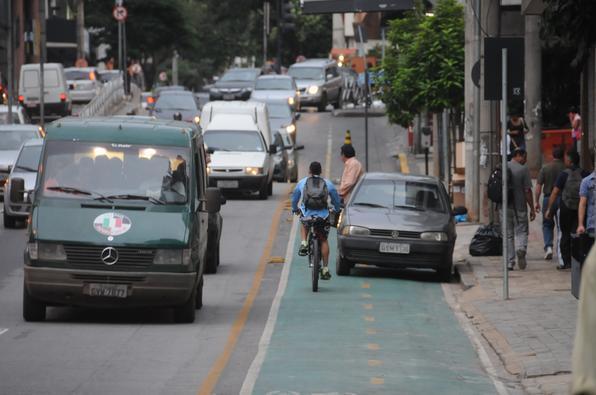 Carro estaciona em ciclovia, na rua Professor Morais
