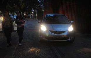 Carro estacionado no passeio, na rua Rio Grande do Norte