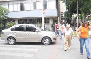 motoristas nao param na rua Tupis, que tem placa de PARE antes da faixa de pedestre, obrigando os pedestres a atravessarem a rua fora da faixa