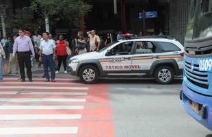 Na foto, carro da Policia Militar, para na faixa de pedestres, na avenida Amazonas, esquina com avenida Afonso Pena, praca Sete