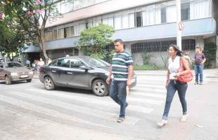 Na foto, motoristas nao param na rua Tupis, que tem placa de PARE antes da faixa de pedestre, obrigando os pedestres a atravessarem a rua fora da faixa
